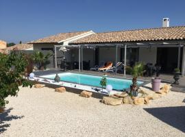Villa St victorienne piscine privée, Saint-Victor-la-Coste (рядом с городом Pouzilhac)