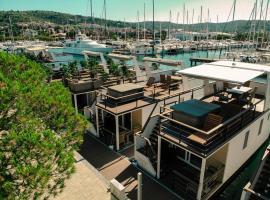 Marina Luxury Houseboat Lace