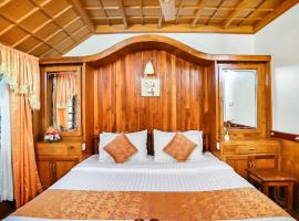 Houseboat with parking in Kumarakom, by GuestHouser 9043, Alleppey