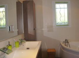 Holiday home with swimming pool - Massif Central, Bellegarde-en-Forez (Netoli miesto Montrond-les-Bains)