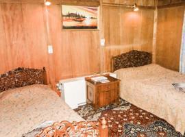 Room in a houseboat on Nigeen Lake, Srinagar, by GuestHouser 24143, Сринагар (рядом с городом Nagīn Bāgh)