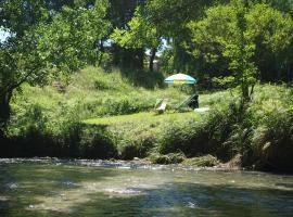 """Gite et baignade en bord de rivière : """"Les pieds dans l'eau"""", Blacons (рядом с городом Aouste-sur-Sye)"""
