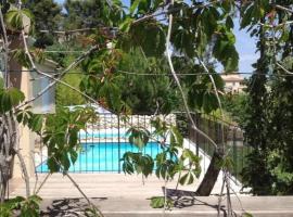 Appartement Rez de jardin de villa, avec terrasse, jardin et piscine, Пейпен