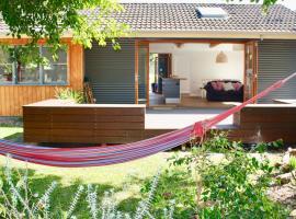 Tui Cottages - House+Cottage - close to beach, Bundeena (Engadine yakınında)
