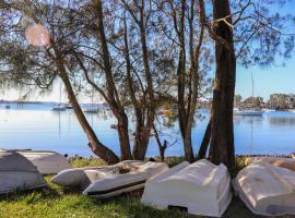 Lakeside Getaway, Cams Wharf (Mannering Park yakınında)