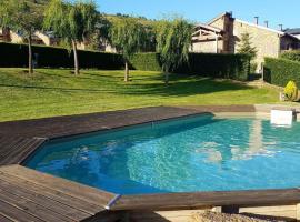 Casa con jardín y piscina., Estavar (рядом с городом Льивия)