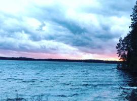 Shores of Deer Lake, South River (Port Loring yakınında)