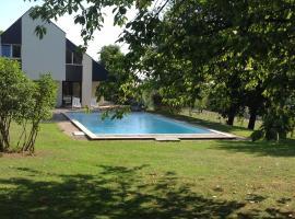 B&B Alsace dans grande maison avec piscine, Mortzwiller (рядом с городом Bourbach-le-Bas)