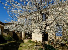 Chambres d'hôtes dans Maison d'artiste, Galargues (рядом с городом Saussines)