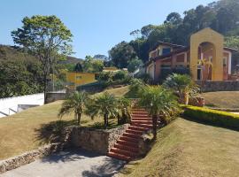 Casa amarela em Mairiporã com piscina aquecida, Jardim Sun Valley