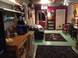 Suburb Hideaway, Private Yard, Parking, W/D