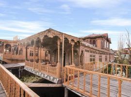 1 BR Houseboat in Dal Lake, Srinagar (D8BE), by GuestHouser, Сринагар (рядом с городом Gagribal)