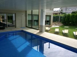 Chalet de diseño con piscina interior