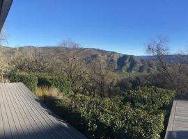 Modern ecochic luxe getaway- mountain views & hot tub