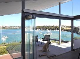 Riverfront Architect Home, 5 mins walk to Beach!