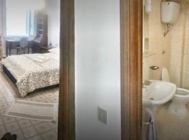 Camera Matrimoniale con Bagno in Comune in Appartameno in centro