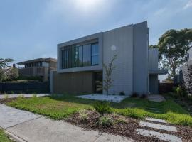 Luxury 5 Bedroom House with Pool in Camberwell