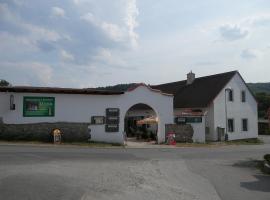 Restaurace a penzion U Lva, Karlštejn (Srbsko yakınında)