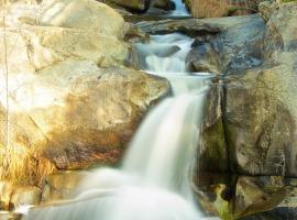 Riverfront Property with Waterfalls near Yosemite and Bass Lake, Oakhurst (in de buurt van Yosemite Forks)