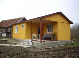 The New Yellow House Borovan, Borovan (Sirakovo yakınında)
