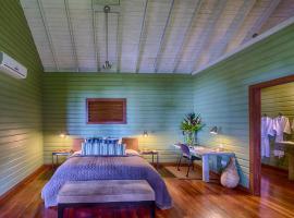 Pagua Bay House - Oceanfront Cabana's, Marigot (Castle Bruce yakınında)