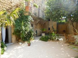 Guesthouse de Cambis B&B, Ремулен (рядом с городом Saint-Bonnet-du-Gard)