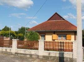 Zsiga Apartmanház, Balatonszabadi (рядом с городом Lajoskomárom)