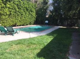 Lovely 2 Bedroom Home With a Pool, Tarzana
