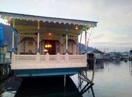 Houseboat New World, Сринагар (рядом с городом Nasīm Bāgh)