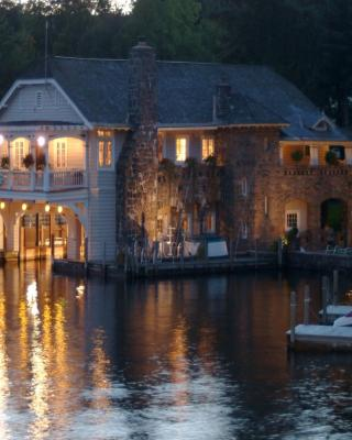 Lake George Boathouse Bed & Breakfast