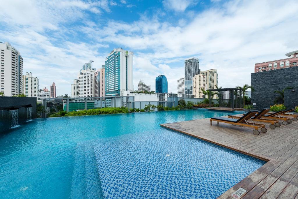 استخر هتل رادیسون بلو پلازای بانکوک