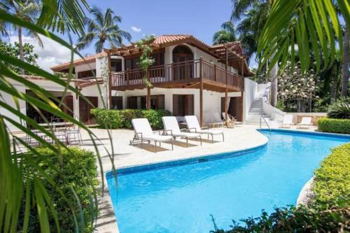 Elmore's Villa at Las Pinas