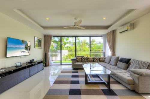 4 bdr villa - home theater, pool, 800 m to beach