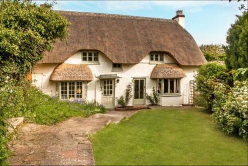 Beautiful Thatched Cottage in Lovely Village.