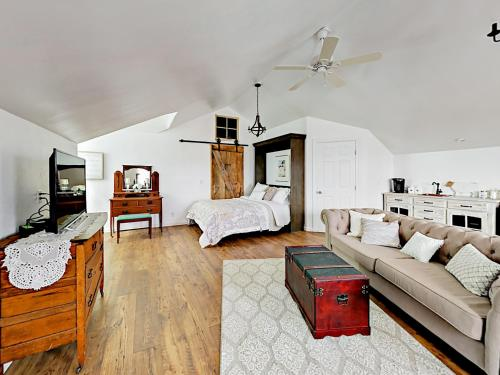 Chic Wine Country Carriage House Home