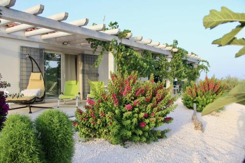 Luxury brand new Villa, walk to beach