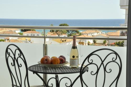 Comfortable beach apartment with charming sea view