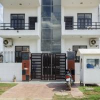 Apartment room in Sector 28, Gurgaon, by GuestHouser 11430