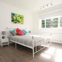 Family friendly large 2 double bed flat + cot