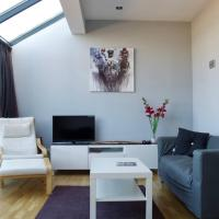 1 Bedroom Duplex Flat with Balcony and Free Parking Sleeps 2