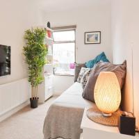 2 Bedroom Riverside Apartment Sleeps 5