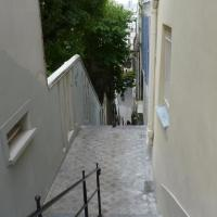 Apartment in montmartre with priv/ garden for breakfast and barbecues