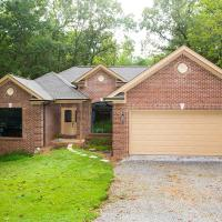 Wooded privacy minutes from campus, pet-friendly