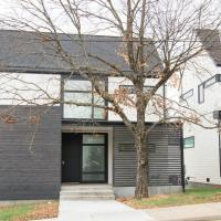 3BR | The New Modern – Perfect Downtown Retreat