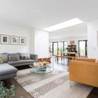 Upper Farringdon Villa Sleeps 6 WiFi