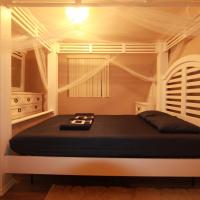 Queen's White Canopy Bed w/ Free WiFi Parking 4 miles to Red Rock