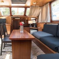 BasicHouseboat nearcenter