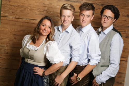 Michaela und Stephan Schwarzmann mit den beiden Jungs Tim und Patrick