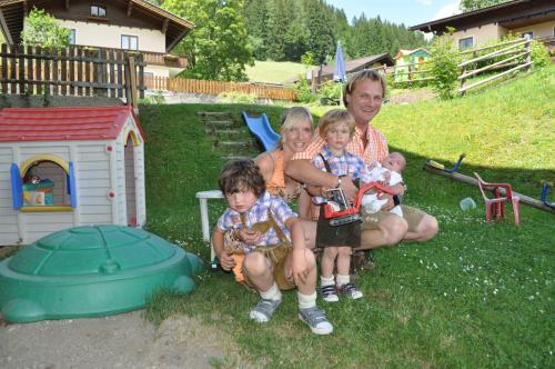Sepp und Isabella mit Kindern