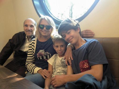carmen con marito e nipoti vi danno il benvenuto